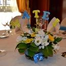 aranjament-floral-botez-bleu-si-galben-cu-litere