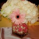 aranjament-floral-cu-hortensie-alba-si-jerbera-roz